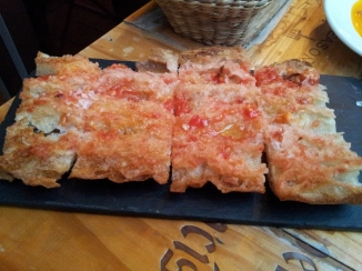 Catalan bread with tomatoes